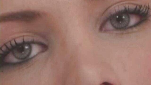 Belle brune avec deux films pornographiques tukif hommes