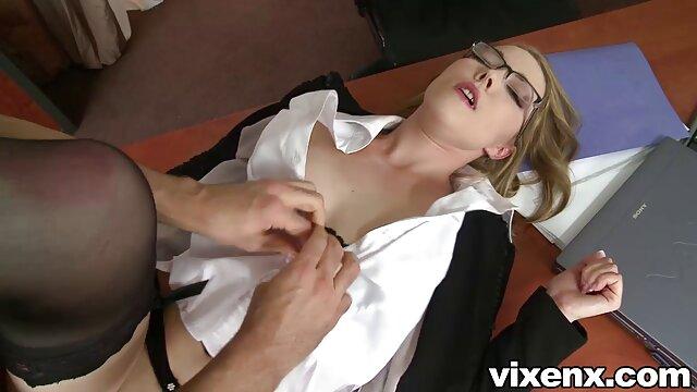Superbe prof blonde MILF montre un porno xxx noir corps serré